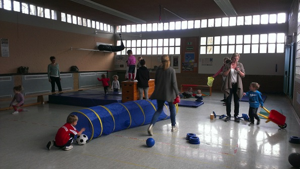 Eltern-Kind-Gruppe in der Gymnastikhalle
